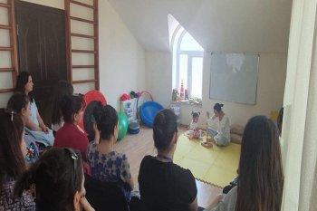 Baş duyu bütünləmə mütəxəssisi Şəfiqə Hüseynova tərəfindən keçirilən ödənişsiz seminar və müayinədən görüntülər.